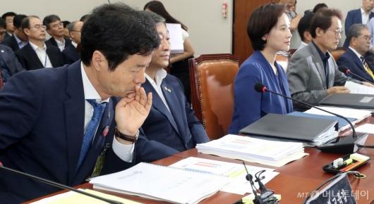 [사진]자료 살펴보는 김승환 전북교육감