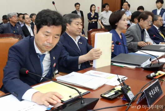 [사진]교육위 전체회의 참석한 전북교육감