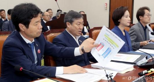 [사진]회의 준비하는 김승환 전북교육감