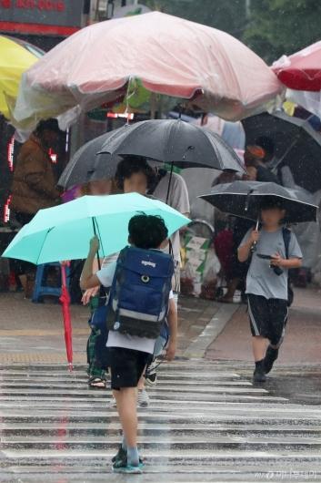 [사진]우산 쓴 아이들