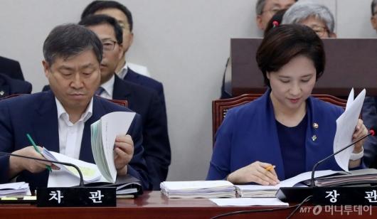 [사진]자료 살펴보는 유은혜-박백범