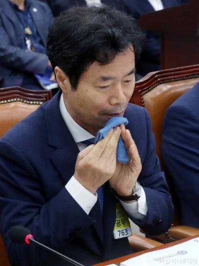 [사진]땀 닦는 김승환 전북교육감