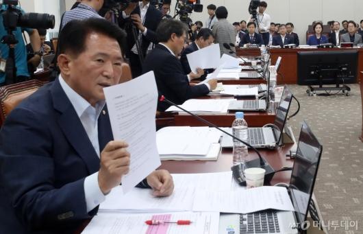 [사진]위원장에게 항의하는 김한표