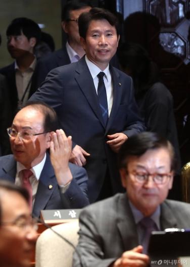 [사진]의원총회 참석하는 이인영