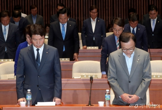 [사진]더불어민주당, 김구 선생 추모하며 묵념