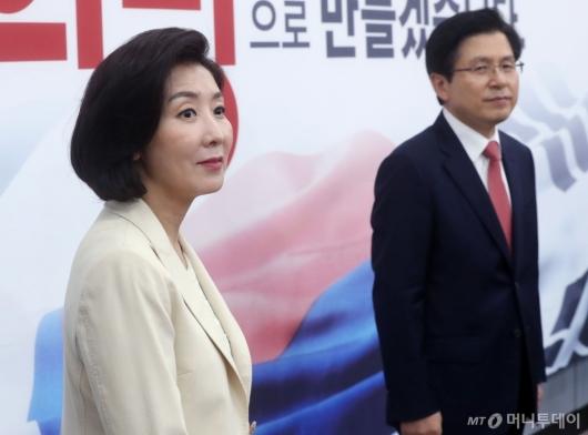 [사진]최고위원회의 참석하는 황교안-나경원