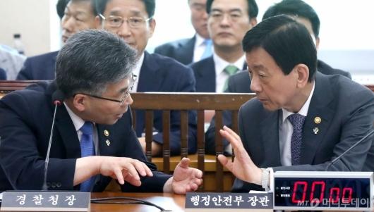 [사진]대화 나누는 진영-민갑룡