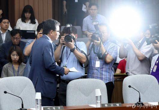 [사진]퇴장하는 곽상도 의원