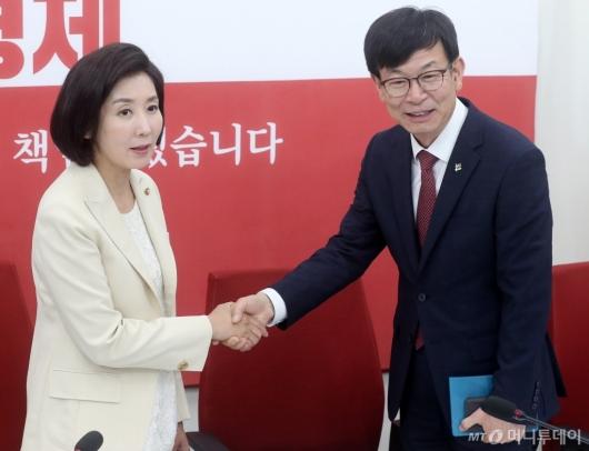 [사진]악수 나누는 김상조-나경원