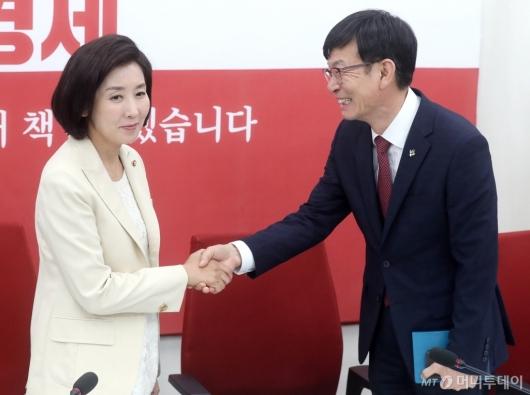 [사진]인사 나누는 김상조-나경원