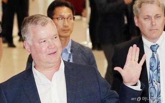 [사진]손 흔들며 입국하는 스티븐 비건