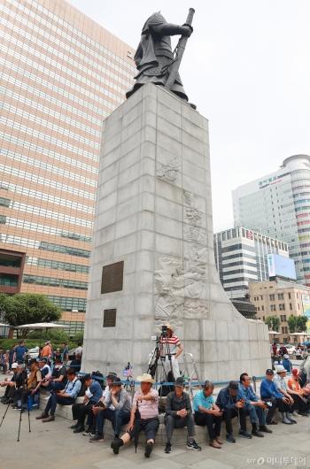[사진]이순신 장군 동상 주변에 모인 우리공화당 관계자들