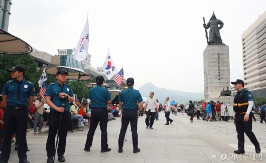 [사진]광화문광장 경계근무 서는 경찰들