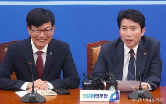[사진]김상조와 면담 나누는 이인영