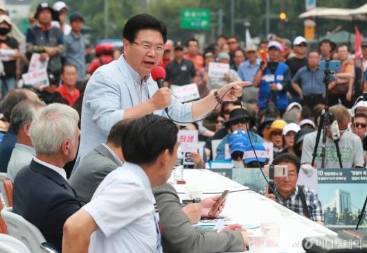 [사진]광화문광장 농성천막 찾은 홍문종 우리공화당 공동대표