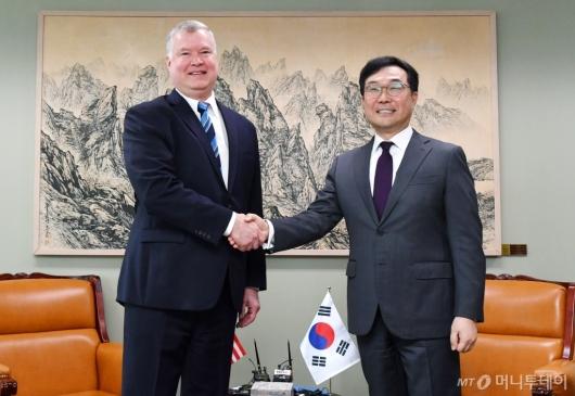 [사진]손잡은 이도훈 본부장-스티븐 비건 대표