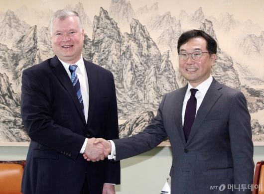 [사진]악수하는 이도훈 본부장-스티븐 비건 대표