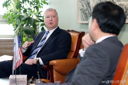 [사진]환담하는 스티븐 비건 美국무부 대북특별대표