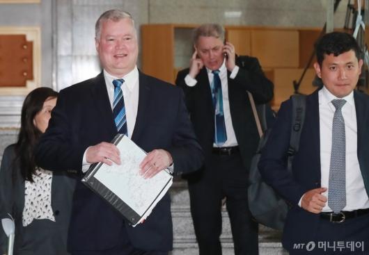 [사진]외교부 청사 들어서는 스티븐 비건 대표