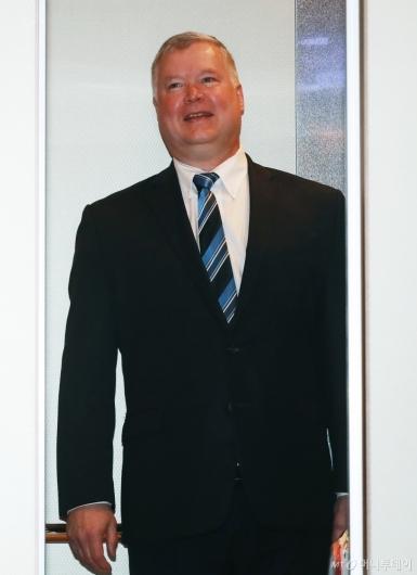 [사진]밝은 표정의 스티븐 비건 대표