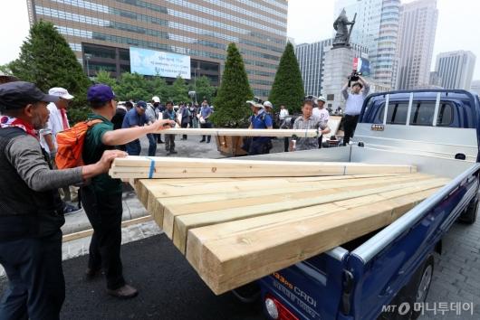 [사진]천막 이동 위해 자재 옮기는 우리공화당 당원들
