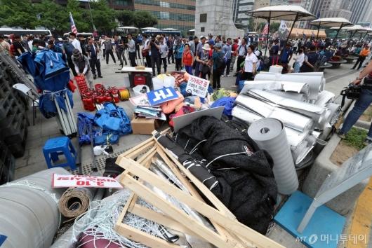 [사진]광화문광장 우리공화당 천막 임시이동