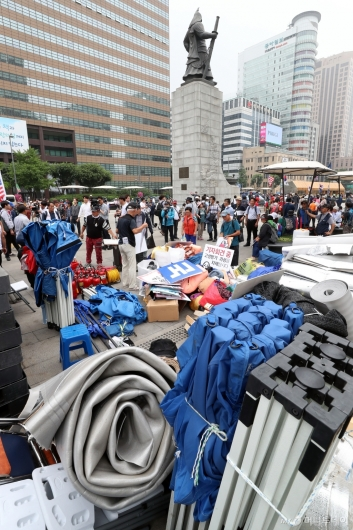 [사진]광화문광장 천막 임시 철거하는 우리공화당 당원들
