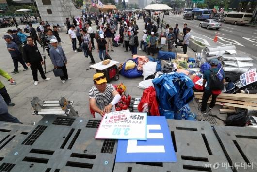 [사진]우리공화당, 임시이동 위해 광화문 천막 철거