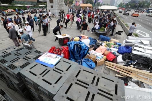 [사진]임시이동 위해 짐 정리중인 우리공화당 당원들