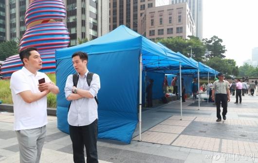 [사진]우리공화당 주변 서성이는 강용석-김세의