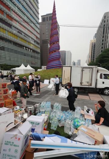 [사진]청계광장 농성천막 준비중인 우리공화당 관계자들