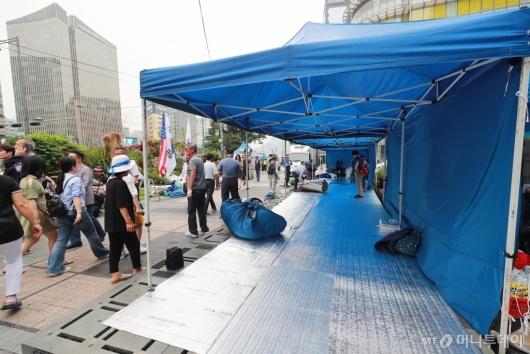 [사진]청계광장 행인 불편 초래하는 우리공화당 농성천막