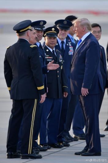 [사진]해리슨 대사와 대화하는 트럼프 美 대통령
