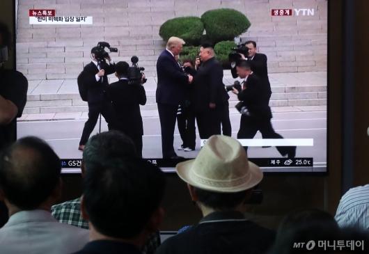 [사진]판문점에서 만난 트럼프와 김정은