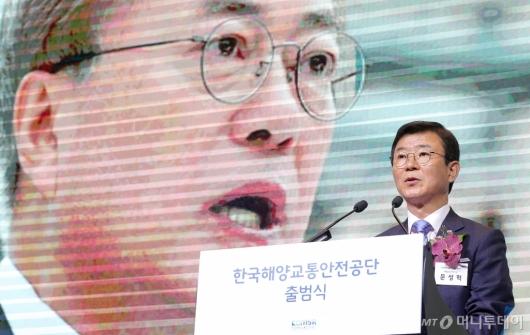 [사진]文 대통령 축전 대독하는 문성혁 장관