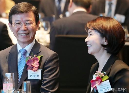 [사진]대화 나누는 문성혁 장관-이연승 이사장
