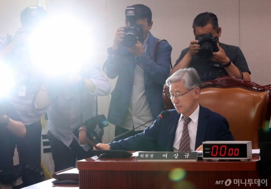 [사진]법사위 주재하는 여상규 위원장