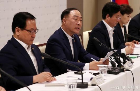 [사진]경제정책방향 발표하는 홍남기