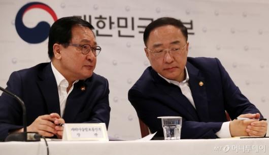 [사진]대화하는 유영민-홍남기 장관