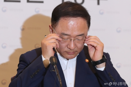 [사진]안경 매만지는 홍남기 부총리