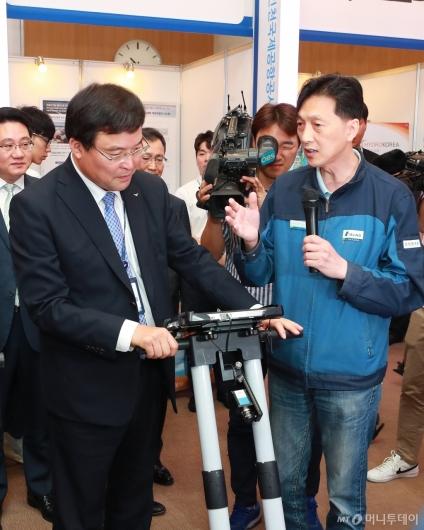 [사진]공항산업 신기술 전시회 참석한 구본환 인천공항공사장