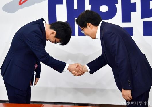 [사진]악수 나누는 김상조-황교안