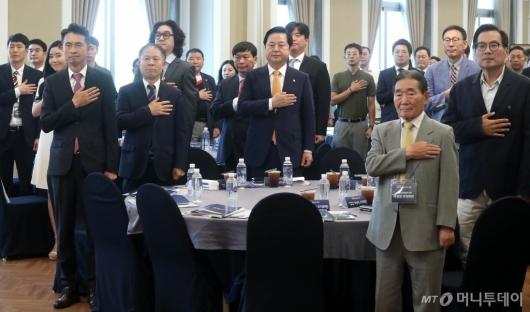 [사진]국민의례하는 대한민국지속가능혁신리더대상 시, 수상자들