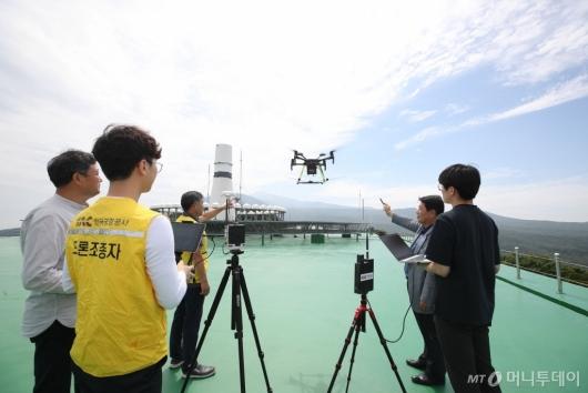 [사진]항행안전시설 점검하는 제주항공무선표지소 관계자들