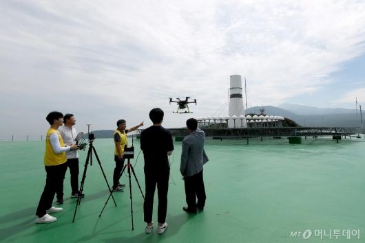 [사진]항행안전시설 점검하는 한국공항공사 관계자들