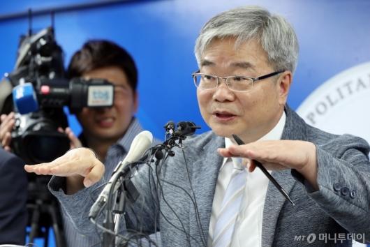 [사진]질문에 답하는 박건호 교육정책국장