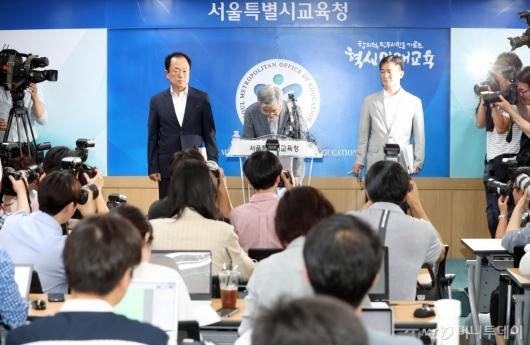 [사진]인사하는 박건호 교육정책국장