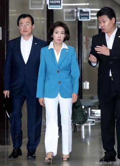[사진]회의 참석하는 나경원 원내대표