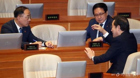 [사진]이낙연 총리, 홍남기-유영민과 대화