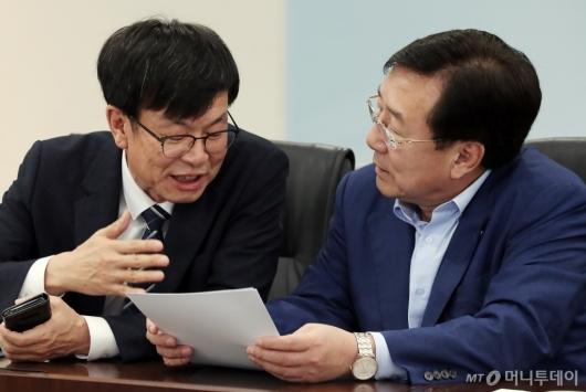 [사진]머리 맞댄 김상조 정책실장-김기문 중기중앙회장